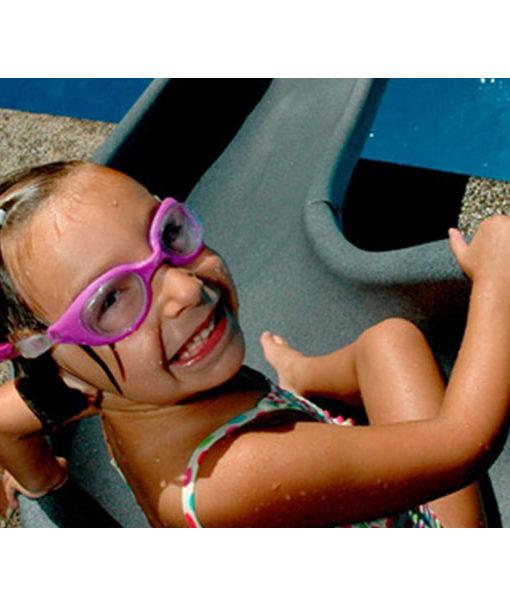 tobogán juegos niños diversión piscina agua relajarse feliz chile